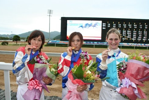Hitomi Miyashita (centre) with Laura Cheshire and Chiaki Iwanaga at Busan