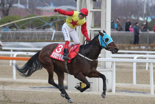 Royale Embrace and You Hyun Myung win last year's Ttukseom Cup, the first leg of the Queens' Tour (Pic: Ilgan Sports)