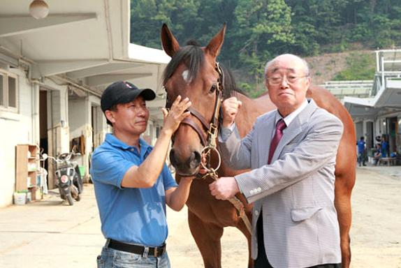 Fly Top Queen with trainer Choi Bong Ju (left) and owner Oh Ho Kuk (right), the most expensive racehorse in Korean racing history, debuts this weekend