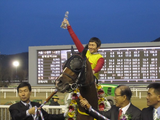 Mister Park with trainer Kim Young Kwan, jockey Yoo Hyun Myung and owner Kwak Jong Soo after winning the 2010 Grand Prix