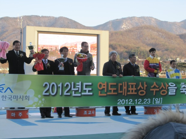 Connections of Horse Of The Year Jigeum I Sungan (left) and Champion Jockey Moon Se Young (second from right) collect their awards