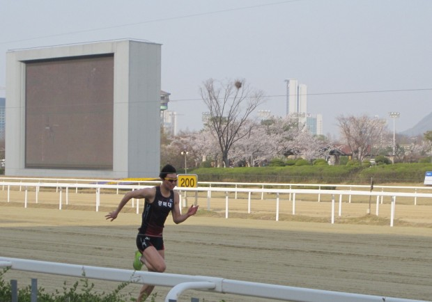Gyeongbuk University student Lee Jae Ha on his way to beating a horse and a car at Seoul Race Park on Sunday.