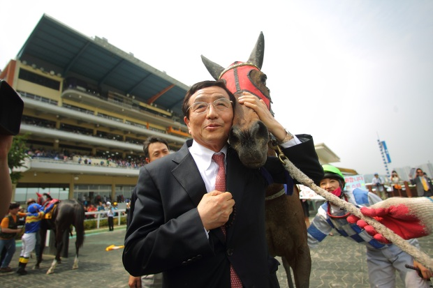 Charming Girl with owner Byun Young Nam after her 96th defeat. Jockey Yoo Mi Ra, who has ridden her 76 times, looks on (KRA)