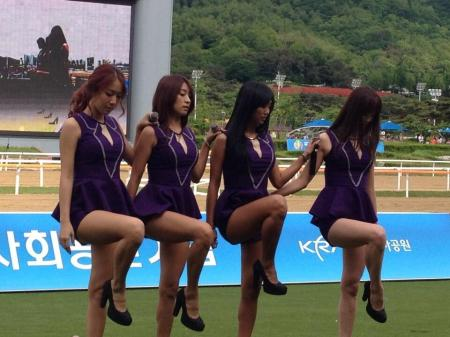 Before the Derby, punters were treated to the charms of Sistar. currently K-Pop's top girl group (Pic: @SeoulBhoy)