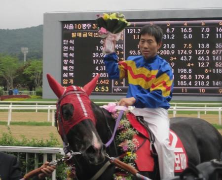 Gwanggyo Bisang and Park Tae Jong in the Munhwa Ilbo Cup Winner's Circle