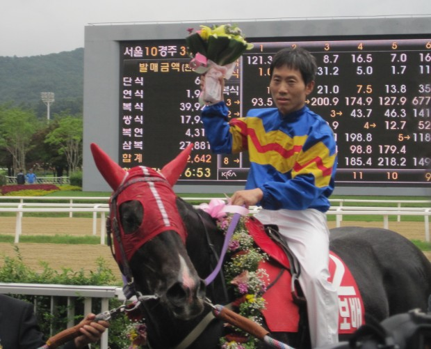 Gwanggyo Bisang - seen here after a Stakes win, became the first Korean horse to beat Yeongsan II