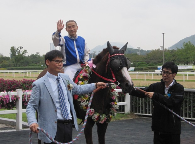 Cheonnyeon Dongan and Cho Kyoung Ho in the Donga Ilbo Cup winner's circle
