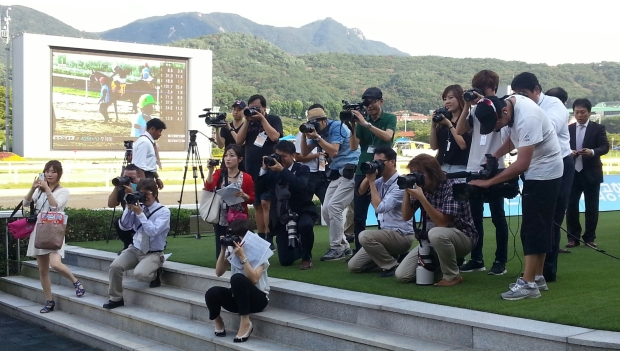 A lot of Japanese photographers were on hand to welcome Tosen Archer back
