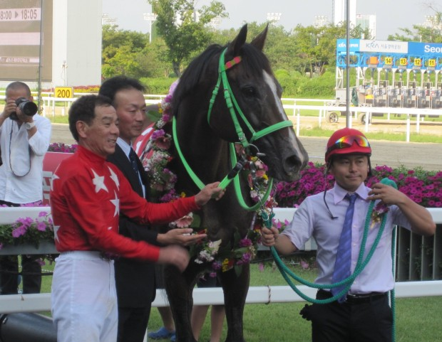 Fumio Matoba and Tosen Archer in the SBS Korea Vs Japan Cup Winner's Circle at Seoul in September