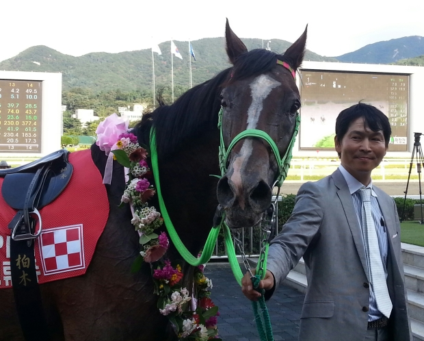 Tosen Archer poses for the cameras after winning the SBS Goodwill Cup