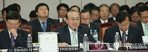 Kim Yong Man (centre) of the KRA faces the audit (Pic: Yonhap)