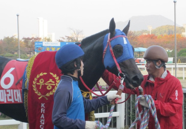 Mari Daemul waits in the KRA Cup Classic winner's circle
