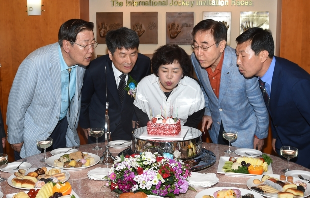 Connections get a cake in the VIP room after a Stakes win, trainer Kim Young Kwan is on the right of the picture (Pic: Ross Holburt)
