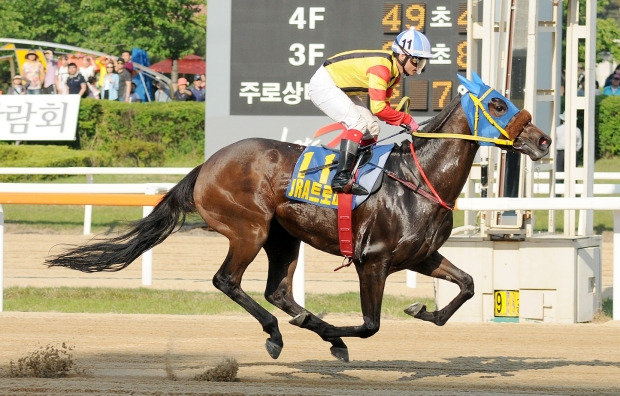 Bichui Jeongsang and Ikuyasu Kurakane win the JRA Trophy (Pic: Ross Holburt)