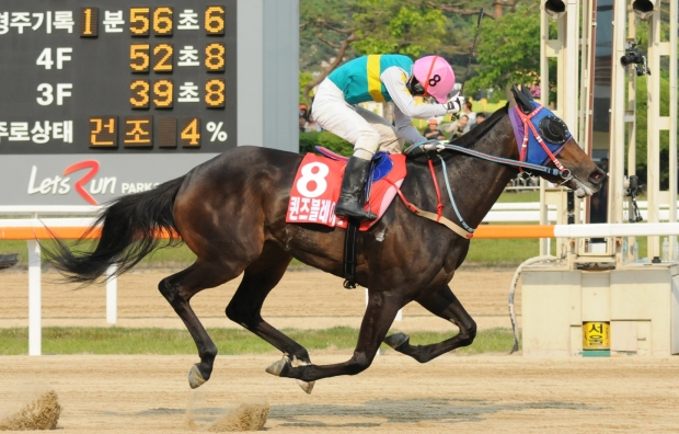 Kim Yong Geun and Queen's Blade Cross the line as Derby winners (Pic: Ross Holburt)