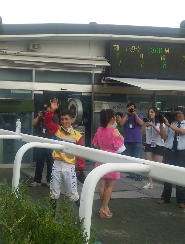 Moon Se Young greets punters after his 1000th winner