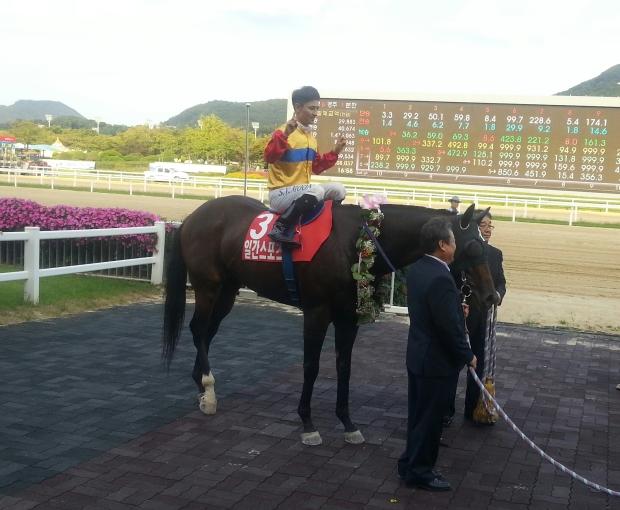 Yeongsan II and Moon Se Young after winning the Ilgan Sports