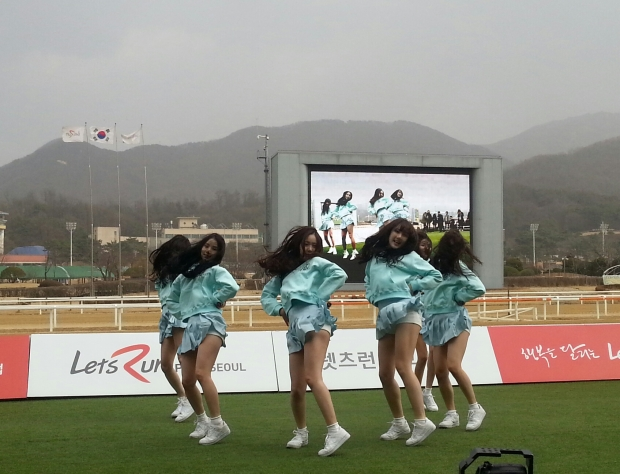 """G-Friend"" braving the cold and wind at Seoul Racecourse yesterday"