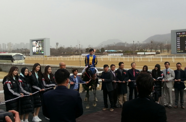 Meni Money and Seo Seung Un in a rather crowded Sports Seoul Winner's Circle