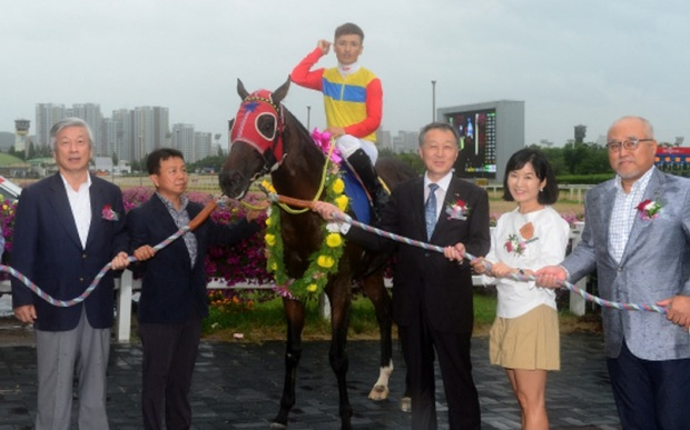 Watts Village and Moon Se Young in the Munhwa Ilbo Cup winner's circle. It turned out to be his last race (Pic: KRA)