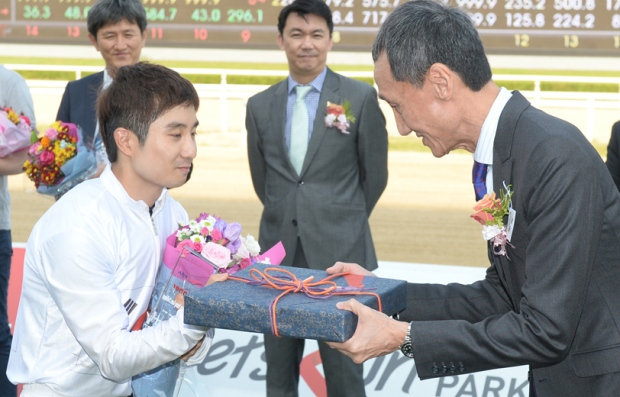 Kim Dong Soo is presented with...something (Pic: Ross Holburt)